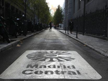 Una pintura de Madrid Central en una de las calles del centro de la capital, en la calle de los Madrazo.