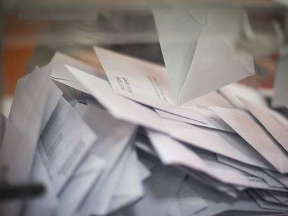 Sobres con votos en el interior de una urna del colegio electoral Proa del barrio de la Bordeta (Barcelona).