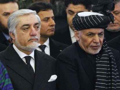 El presidente afgano Ashraf Ghani (a la derecha) y su rival político Abdullah Abdullah, durante un funeral el año pasado.