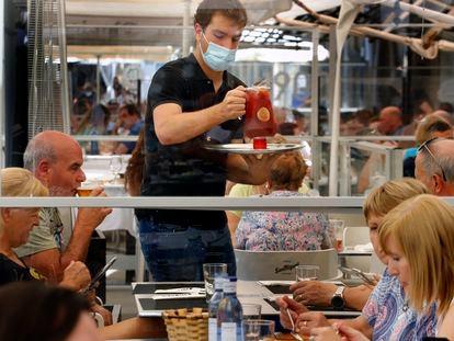 Un camarero cirve una sangria en un restaurante de Pamplona, el 12 de julio.