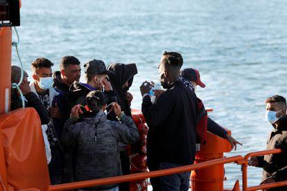 Rescate de los ocupantes de una patera en el Estrecho este domingo.