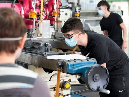 Alumnos en un centro de Formación Profesional en Bilbao, en mayo del año pasado.