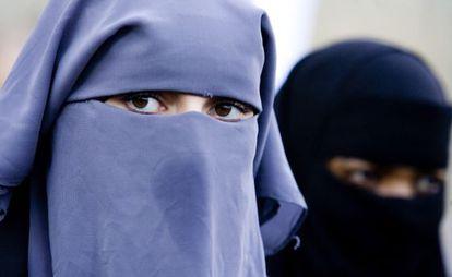 Una mujer con niqab en una manifestación en La Haya contra la prohibición del velo integral en 2006.