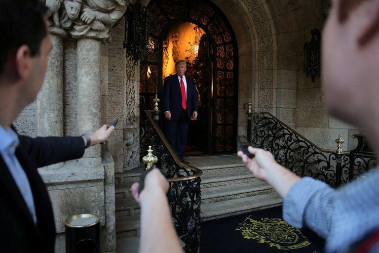 Trump habla con los medios a la salida de la mansión de Mar-a-Lago el pasado diciembre.