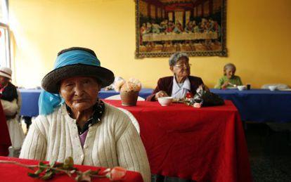 Una mujer espera la comida durante las celebraciones del Día de la Madre en Lima, Perú.