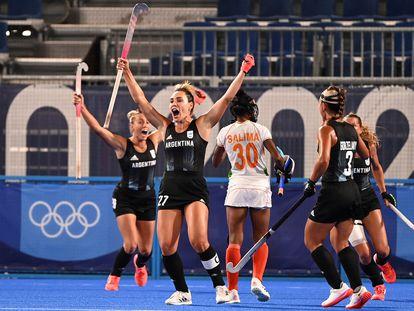 Noel Barrionuevo celebra el segundo gol de Las Leonas frente a India en la semifinal olímpica de hockey sobre hierba.