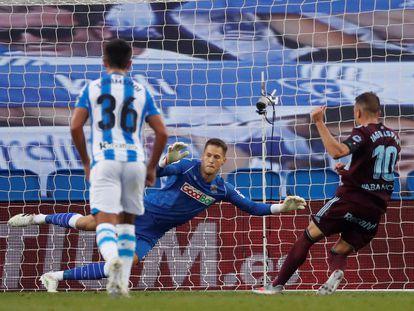 Iago Aspas bate  a Álex Remiro para marcar el 0-1 desde el punto de penalti durante el encuentro entre la Real Sociedad y el Celta de Vigo, disputado este miércoles en el Reale Arena de San Sebastián. / Javier Etxezarreta (EFE)