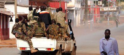 Patrulla militar por las calles de Bangui.
