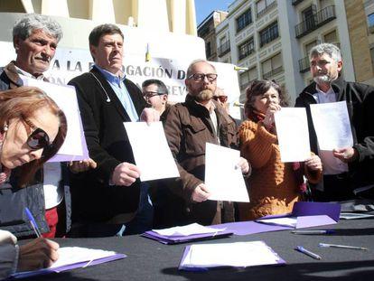 Recogida de firmas para la no derogación de la prisión permanente revisable, desde la derecha, Juan José Cortés, Ruth Ortiz, Antonio del Castillo y Juan Carlos Quer, cuyos hijos fueron asesinados.