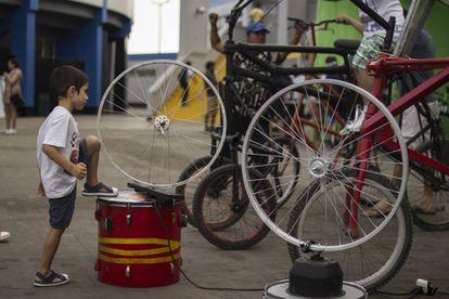 Un niño mira unas ruedas en una exposición del Foro Mundial de la Bicicleta en Lima.