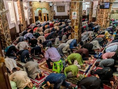 Rezo del viernes 4 de junio en la mezquita Baitul Mukarran del barrio de Lavapiés, Madrid.