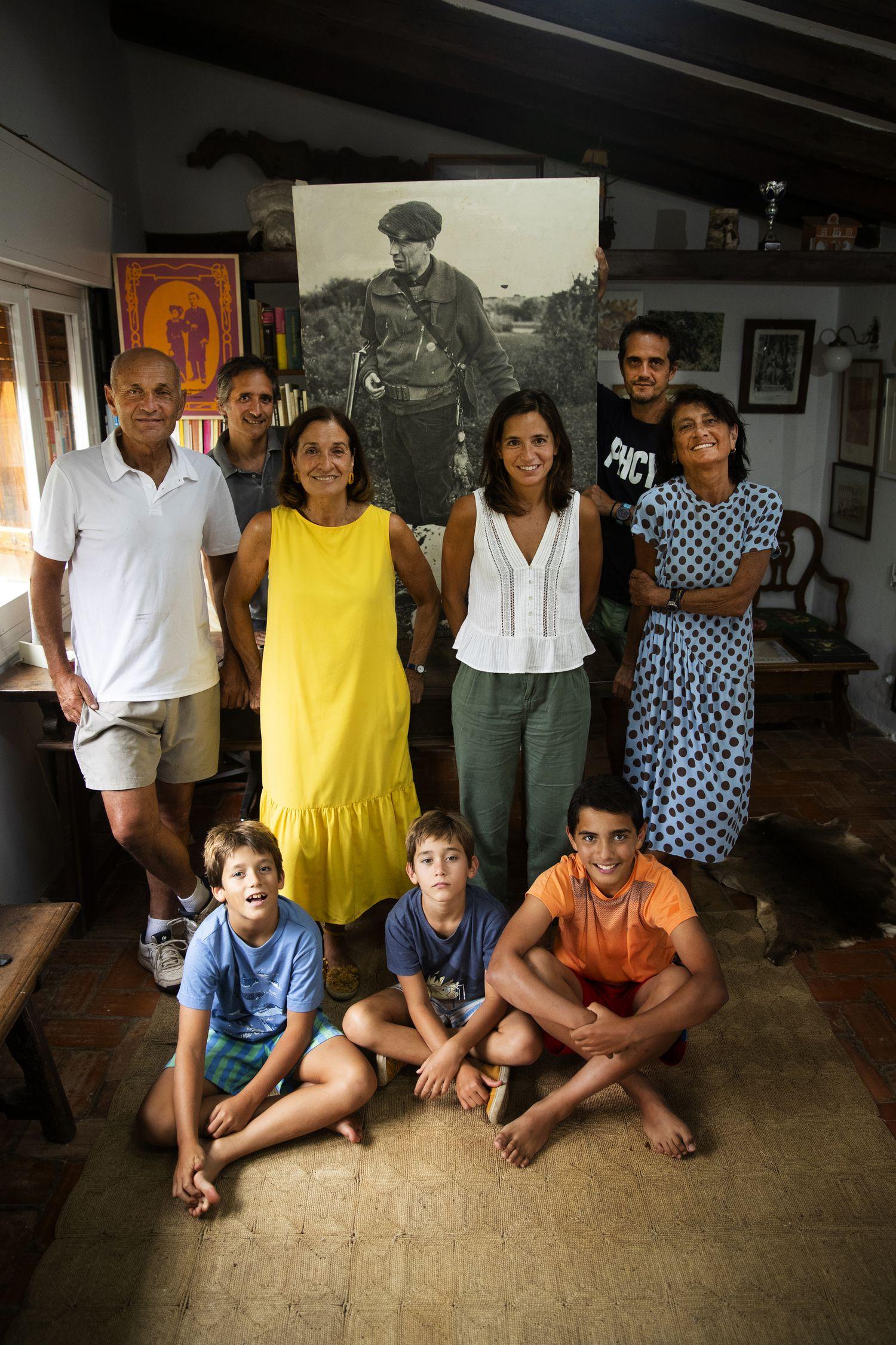 Reunión de la familia Delibes en la cabaña en la que el escritor se aislaba para trabajar en sus novelas, situada junto a la casa de Sedano (Burgos). En la imagen, dos de los hijos de Delibes junto a nietos, familia política y, sentados, tres bisnietos.