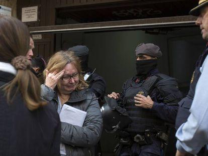 La propietaria de un piso de Barcelona llora al confirmarse la detención temporal del desalojo, el pasado 10 de diciembre.