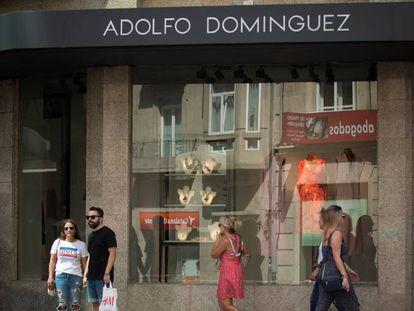 Entrada de una tienda de Adolfo Domínguez en Ourense, en una foto de archivo.