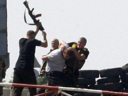 Soldados ucranios agreden en un control a un presunto espía.