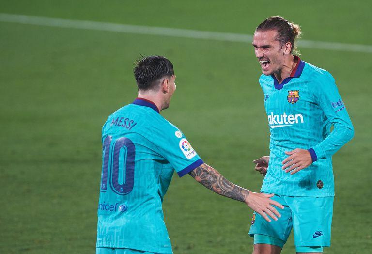 Messi y Griezmann celebran uno de los tantos al Villarreal.