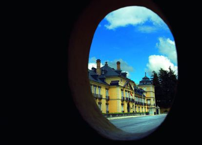 El Palacio de El Pardo visto desde una de las garitas abandonadas que lo rodean.