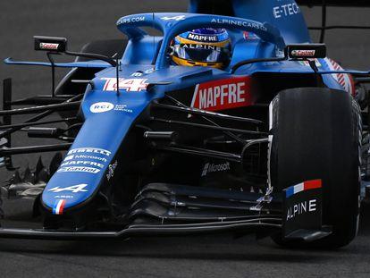 Fernando Alonso pilota su Alpine durante los primeros entrenamientos en el circuito de Portimão.