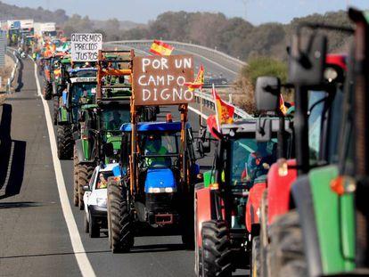 Varios agricultores tratan de cortar una carretera a la altura de Navalmoral de la Mata (Cáceres). En vídeo, el campo no se rinde.