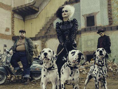 Emma Stone representa en 'Cruella' el papel de la villana Cruella de Vil, el personaje de la malvada de '101 dálmatas'.