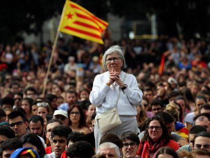 Imagen de una de las concentraciones del día 2 de octubre en la Plaza Cataluña. En el vídeo, Margaritis Schinas, portavoz de la Comisión Europea.