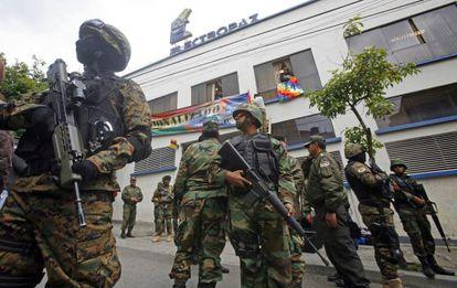 Policías bolivianos montan guardia en las oficinas de Electropaz, en La Paz.