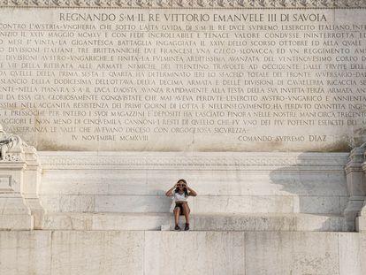 Una visitante posa ante el monumento al soldado desconocido, en el centro de Roma.