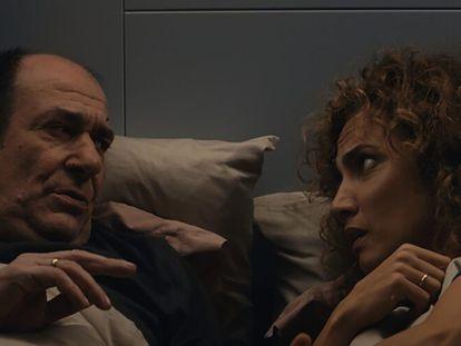 Karra Elejalde y Toni Acosta, en 'Poliamor para principiantes'.