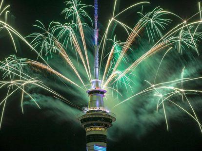 Fuegos artificiales en la Sky Tower en Auckland, Nueva Zelanda.
