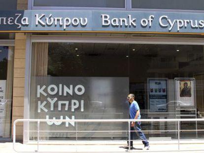 Un hombre, ante una oficina del Banco de Chipre.