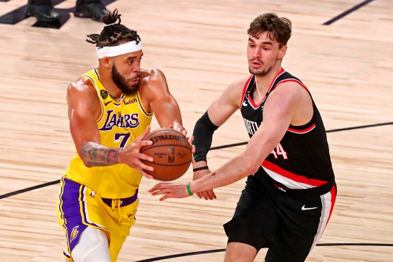 Hezonja tries to stop McGee in a Lakers-Portland, in August 2020.