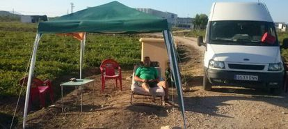 José Carlos Martínez, acampado para vigilar su producción.