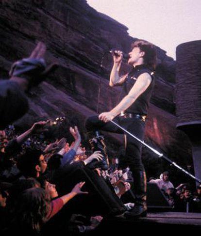 Bono, en la actuación en Red Rocks de 1983.