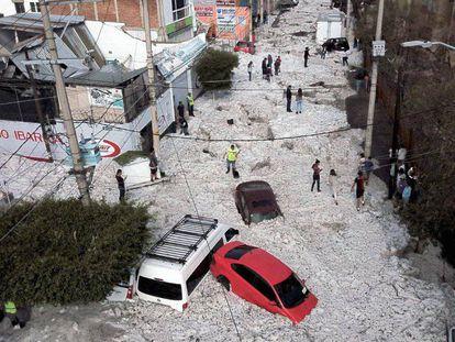 Vista de la tormenta de granizo en una calle de Guadalajara (México).