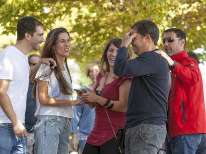 Un grupo de jóvenes de la generación millenial ayer en Madrid.