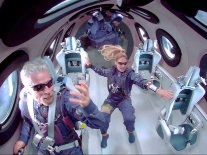 Richard Branson, a la izquierda, a bordo de su nave espacial