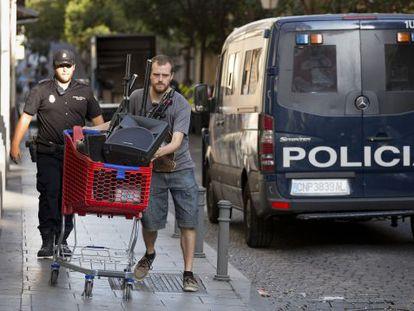 Pablo Padilla, diputado de Podemos en la Asamblea de Madrid, en el desalojo.