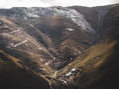 Vista de algunas estructuras de la mina nazi de Valborraz rodeada de las montañas que explotan pizarreras de Ourense y León.