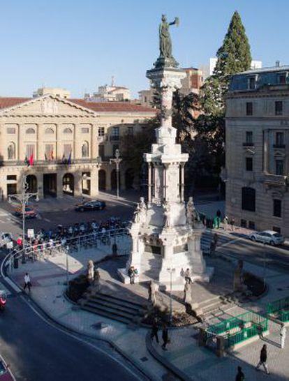 La estatua de los Fueros en Pamplona frente al palacio de Navarra, sede del Gobierno autónomo.