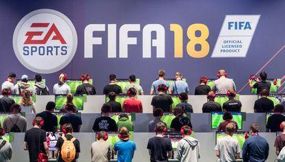 Visitantes de una feria de videojuegos prueban el juego FIFA18 (Archivo)