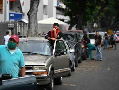 Algunos conductores buscan cargar gasolina en Caracas.