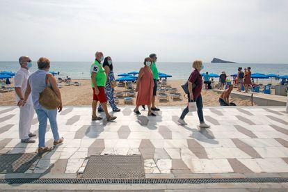 Jubilados paseando por las playas de Benidorm.