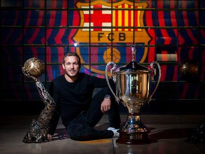 Víctor Tomás posa en el Museo del Barça con dos trofeos de la Champions.