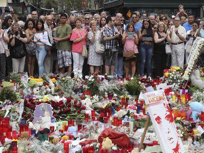 Velas y flores sobre el mosaico de Joan Miró, en La Rambla de Barcelona tras el atentado del 17 de agosto.
