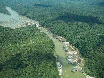 Toma aérea de la cascada Jirijirimo, lugar sagrado para los hijos de Jaguares de Yuruparí, ubicada en el río Apaporis, al norte del departamento de Amazonas, Colombia.