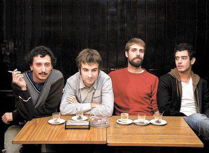 <b>Arriba, la banda catalana revelación de 2009 Manel (Guillem Gisbert, su cantante, es el segundo por la derecha).