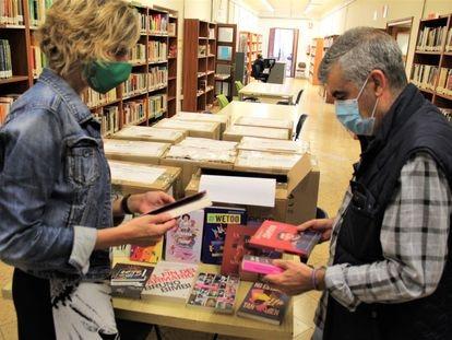 La concejala de Cultura de Castelló, Verònica Ruiz, con libros de perspectiva de género, y el director de la Biblioteca Municipal, Joan Carles Usó.