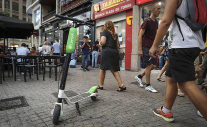 Un patinete eléctrico de alquiler de la empresa Lime, que el Ayuntamiento retiró por carecer de permiso municipal.
