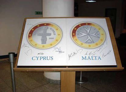 Las caras nacionales de Malta y de Chipre que decoran el interior del ministerio de Economía de Chipre