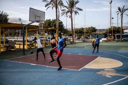 Un grupo de migrantes juega al fútbol en las canchas deportivas de la ciudad turística de Maspalomas, en Gran Canaria. / ÁLVARO GARCÍA